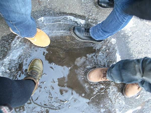 看到水窪結冰是要是踩破的God Damn Tourists XDDDD