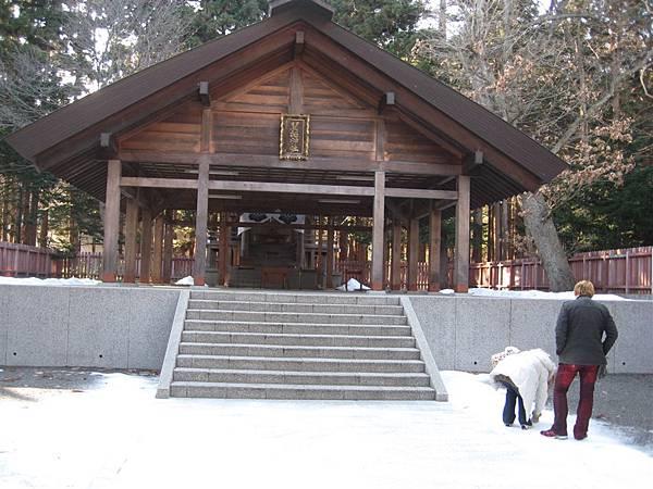 在離門口處不遠的一個比較小的神社
