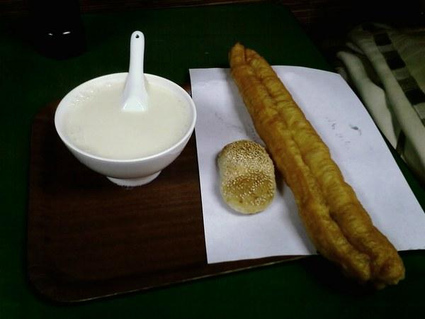 豆漿,油條及甜酥餅
