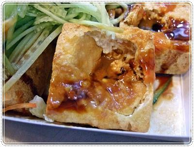 臭豆腐開洞置入濃郁的醬汁