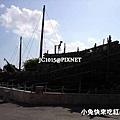 王國村-竹子做的朝貢船 (逆著強光拍的→由上往下看才看得到船)