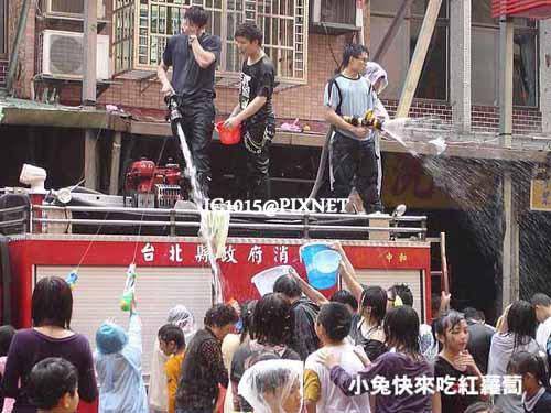消防車灑水供民眾戲水、打水仗;車上的人也被攻擊