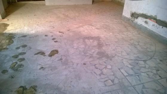 台灣白拼貼地板水泥殘留