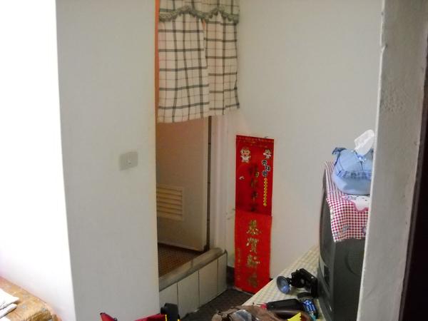 房間真的很小,就一張床、電視、桌子、二把髒的椅子,幾乎沒有空間放行李了…