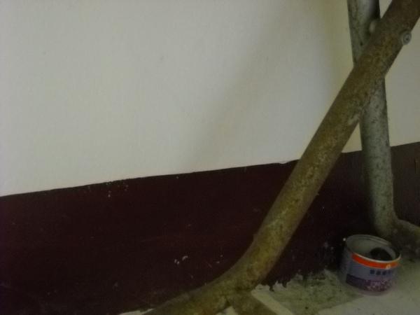 桌下可怕的景象,生鏽、壁癌、灰塵…還有小強!