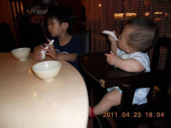 弟弟也吵著吃東西