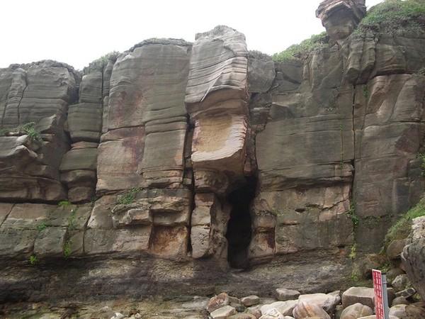 神秘海岸線的岩石山洞