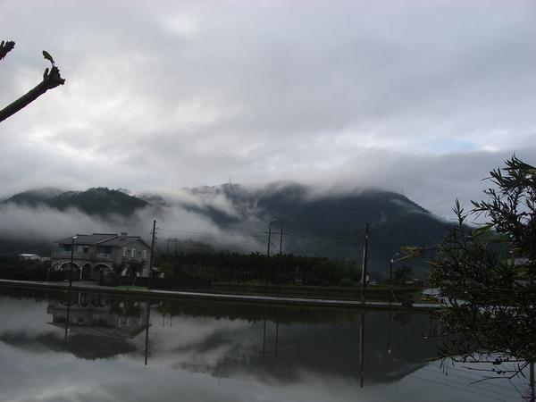 遠眺雪山山脈雲霧