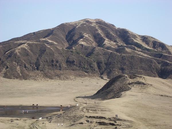 火山口附近光禿禿的山丘