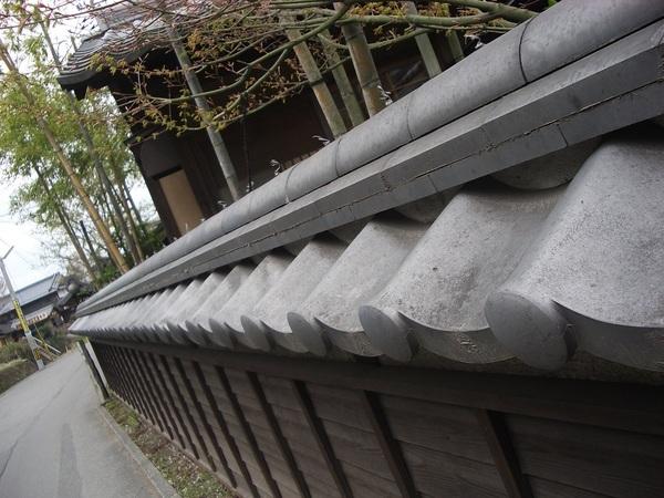 木製圍牆上瓦片覆蓋著