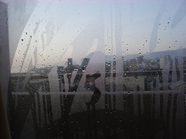 早上玻璃窗上的濃厚霧氣