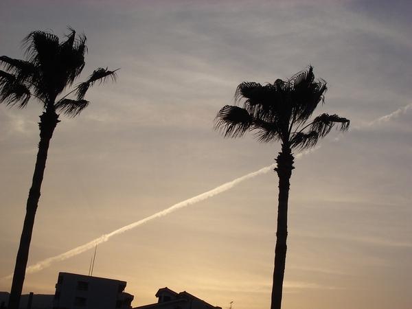 飛機劃過晴空留下的痕跡