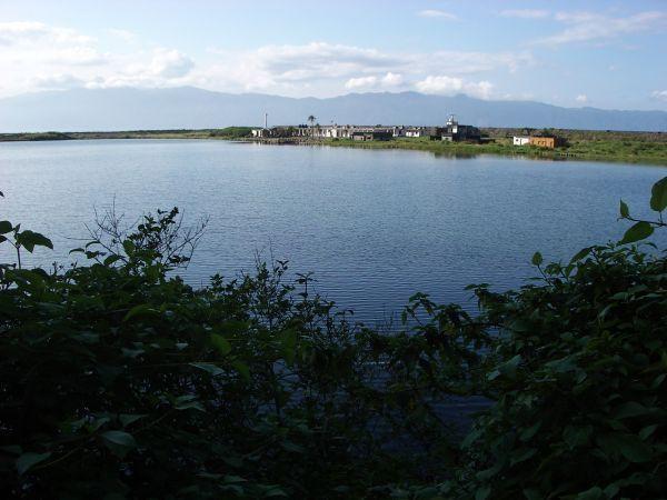 湖對面為舊校舍現為軍營