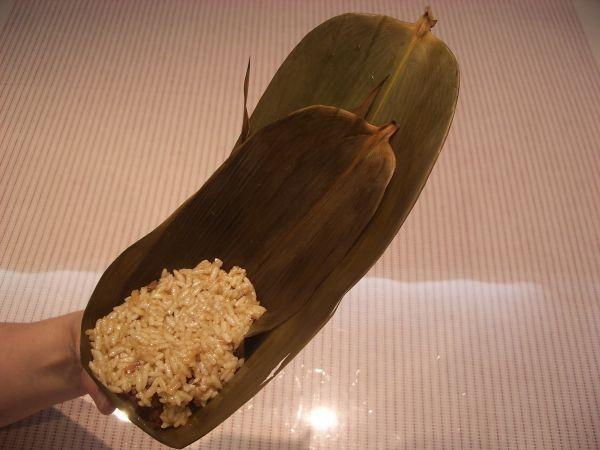 包粽過程:上面在放入糯米