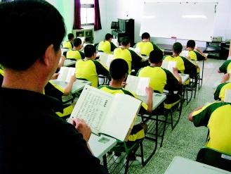 0801台南少觀所督促收容少年在教室讀經.jpg