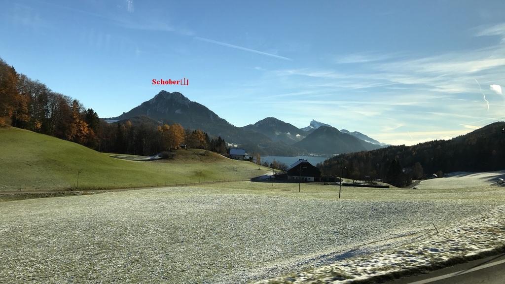 20171115 (4A) 由Salzburg前往哈爾斯塔特(Hallstatt)途中 [中央偏左遠後方是Fuschlsee湖附近的Schober山(H1328m)].jpg
