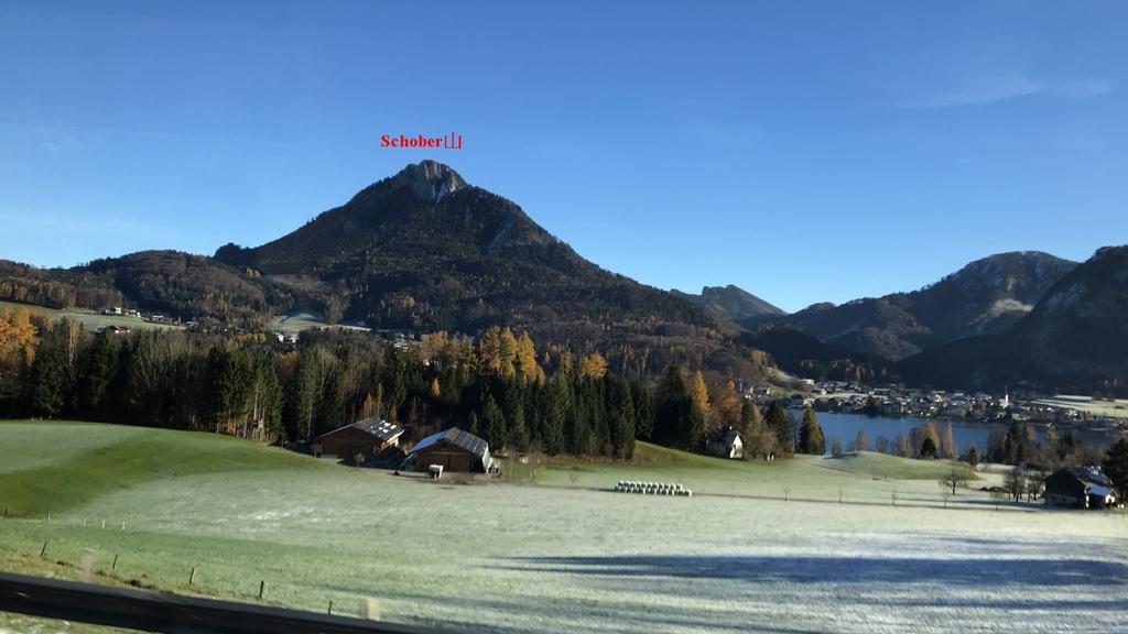 20171115 (7A) 由Salzburg前往哈爾斯塔特(Hallstatt)途中 [位於Fuschlsee湖對岸右側的是富施爾湖濱鎮(Fuschl am see)].jpg