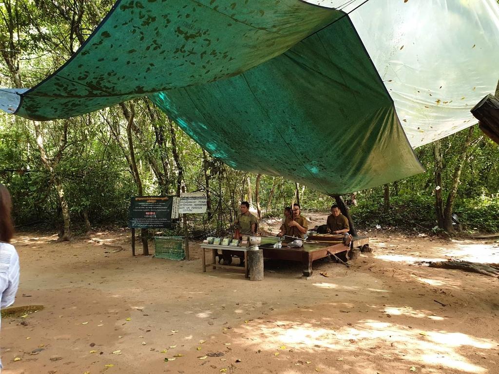 20180911 (144) 從入口處至塔普倫寺間樹林旁的地雷受害者的傳統民謠演奏.jpg