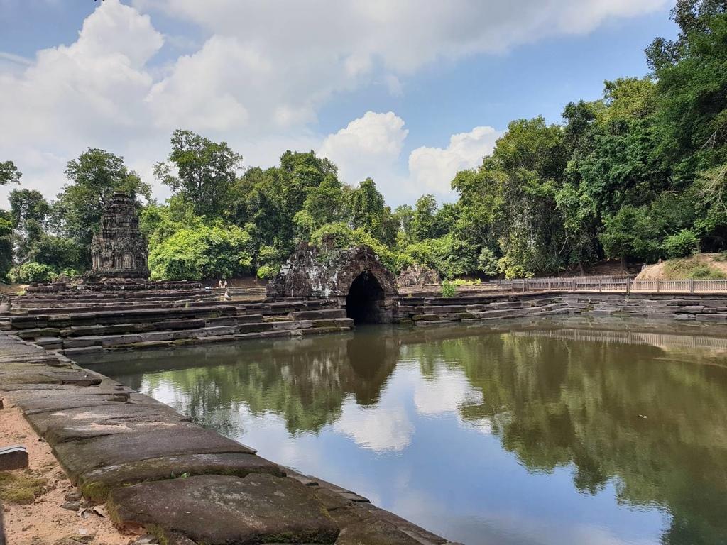 20180911 (202) 北方水池旁有1個內有石雕用作祭拜的小洞 [涅槃寺 (Neak Pean)].jpg