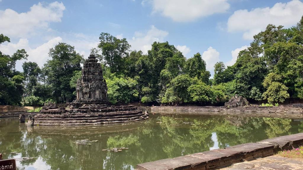 20180911 (208) 基台上象徵須彌山的石塔上有2條纏繞的蛇神(Naga) [涅槃寺 (Neak Pean)].jpg