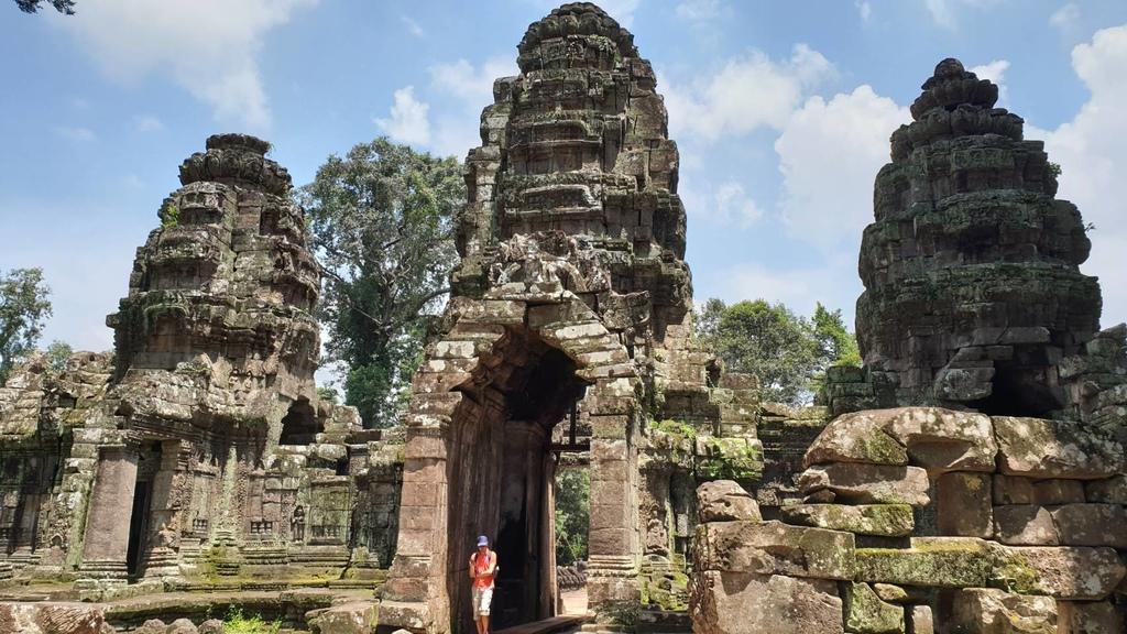 20180911 (230) 聖劍寺 (Preah Khan)東城門背面--塔的兩側各有一隻金翅鳥,雙爪各抓著那迦的尾巴,双腳則踏在那迦的身上 [聖劍寺 (Preah Khan)].jpg