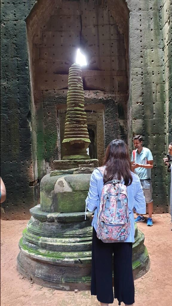 20180911 (252) 陽光透過佛塔頂端石洞照耀塔尖有如點燃的燭臺 [聖劍寺 (Preah Khan)].jpg
