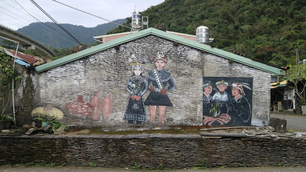 20180216 (68) 伊拉(谷川)部落 [牆上退色的壁畫描述魯凱族豐年祭、服飾及日常生活].JPG
