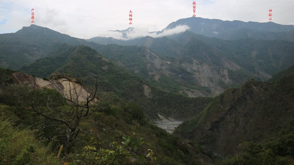 20180216 (94A) 由前往神山瀑布的步道途中眺望 戶亞羅山(H1234m)-大姆姆山(H2424m)-麻留賀山(H2288m)-神趾山(H1635m)].JPG