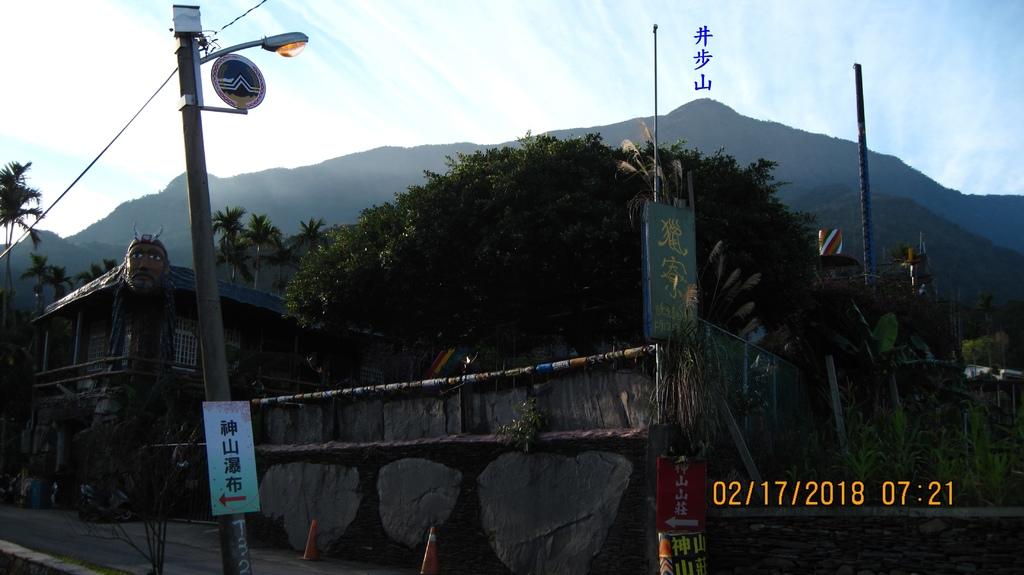 20180216 (164A) 獵寮民宿正門口 [背景是井步山(H2066m)-20180217補拍].JPG
