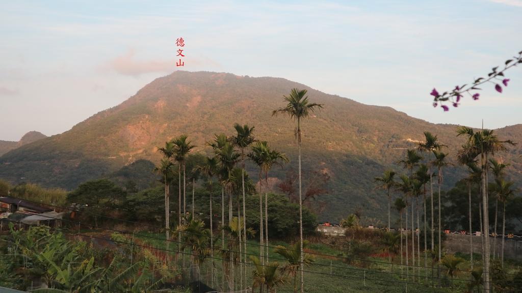20180217 (1A) 由獵寮民宿眺望沐浴在晨曦中的 德文山(H1246m).JPG