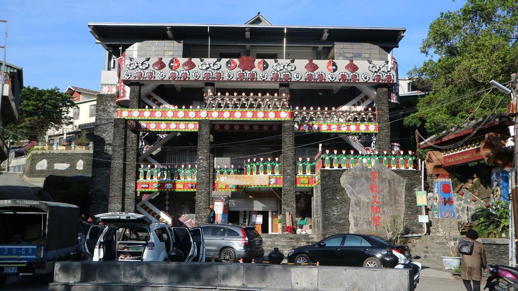 20180217 (45) 霧台部落 [魯凱族文物館 (圍牆以魯凱族傳統舞蹈作為主題)].JPG