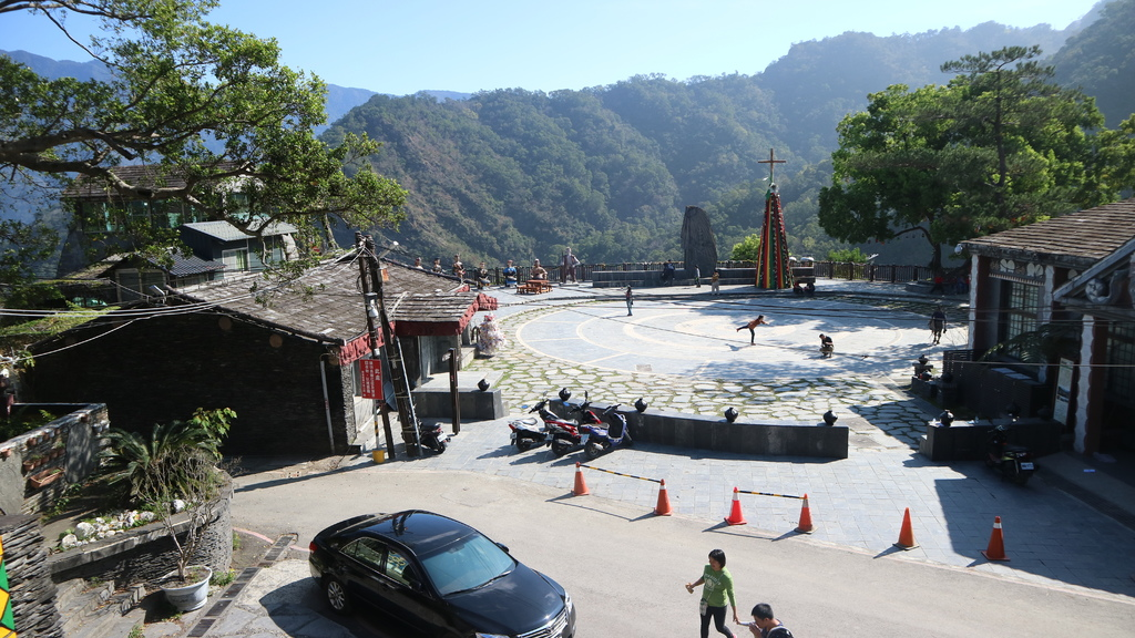 20180217 (49) 由魯凱族文物館俯瞰霧台部落廣場.JPG