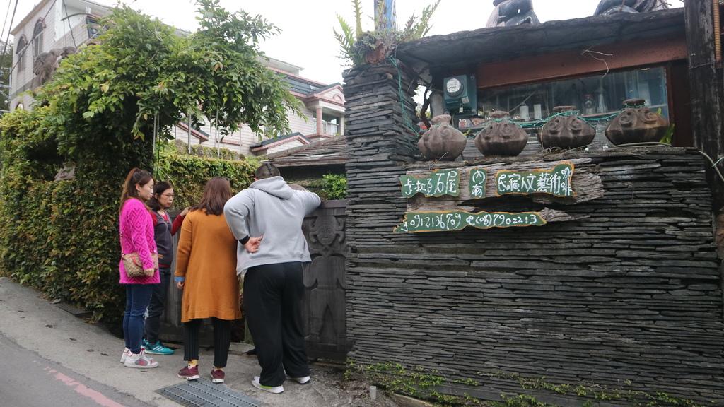 20180216 (214) 獵寮民宿女主人(杜花枝女士)帶我們參觀她位於上霧台部落裡的家 [卡拉瓦石屋民宿 (陶壺是貴重物品的象徵)].JPG
