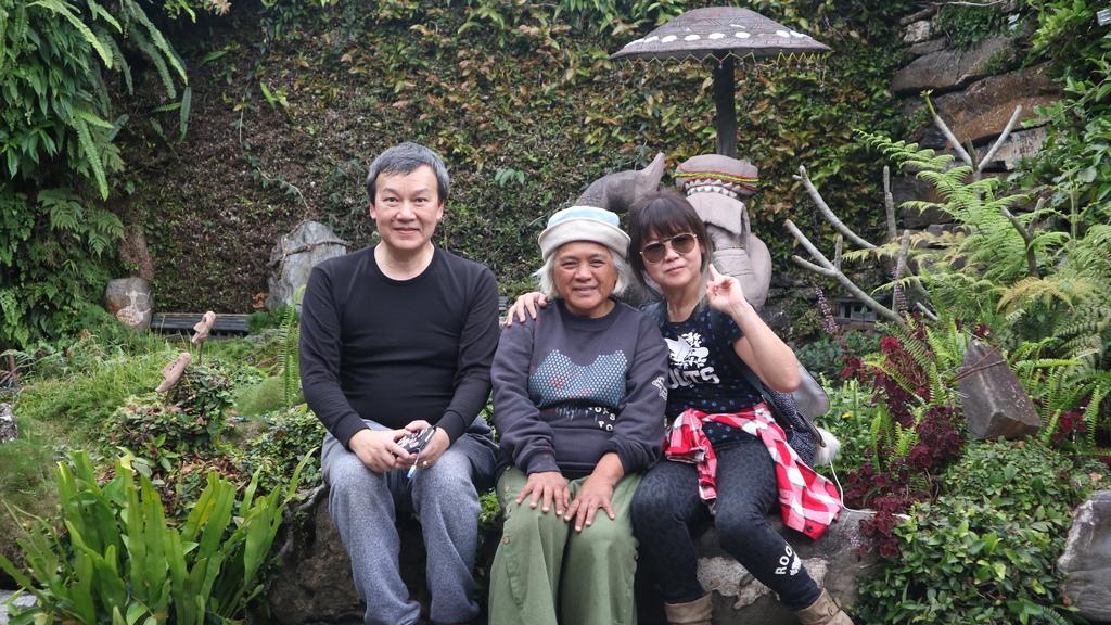 20180216 (226) 與獵寮民宿女主人(杜花枝女士)合影於卡拉瓦石屋民宿的庭園.JPG