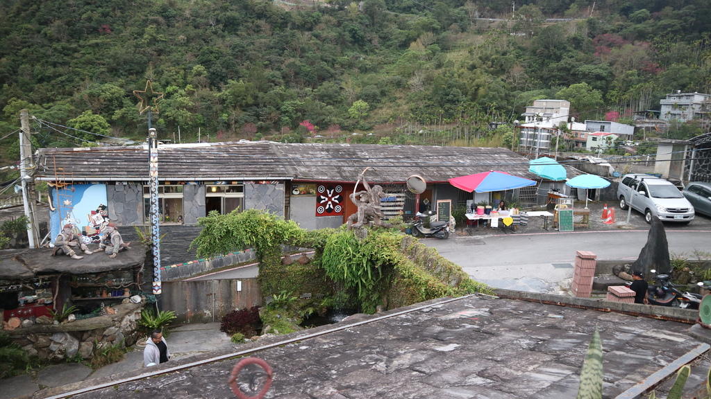 20180216 (258) 由卡拉瓦石屋民宿房頂眺望位於上霧台的旮達甯嵐民宿.JPG