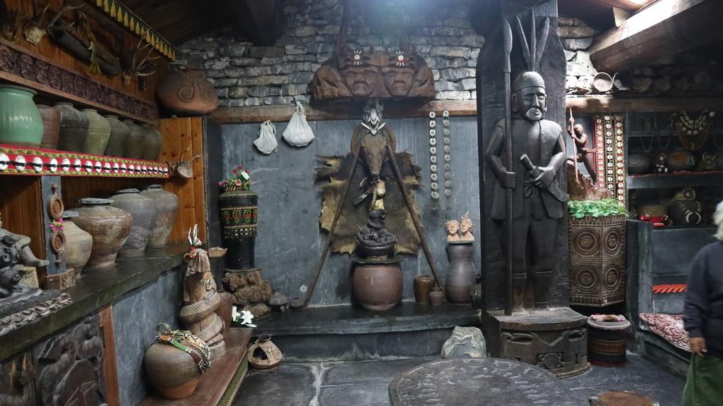 20180216 (233) 卡拉瓦石屋民宿的內部擺設 [杜再福先生獵獲的野豬].JPG