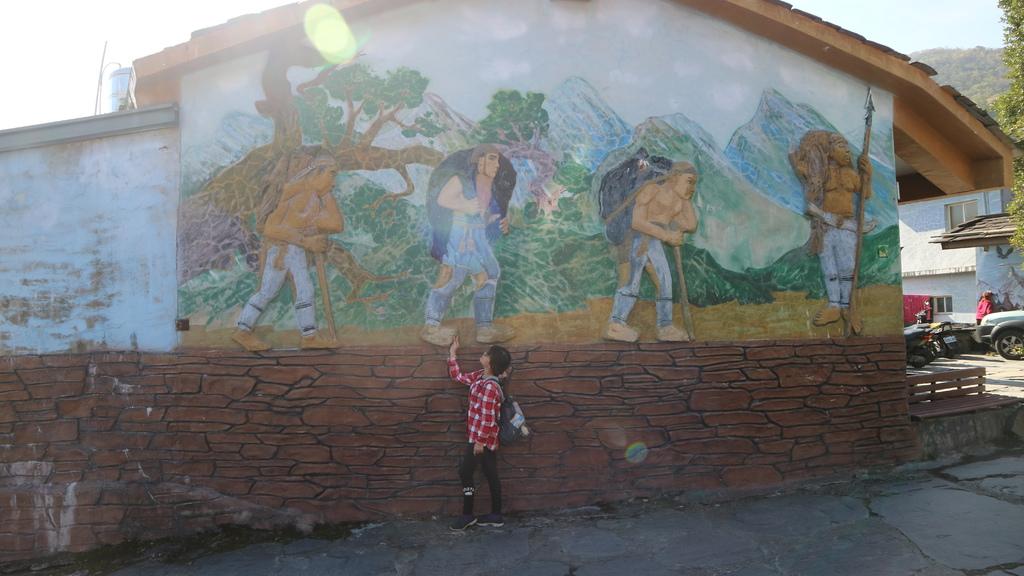 20180217 (170) 岩板巷民宅 [牆上是描述族人狩獵時的浮雕].JPG