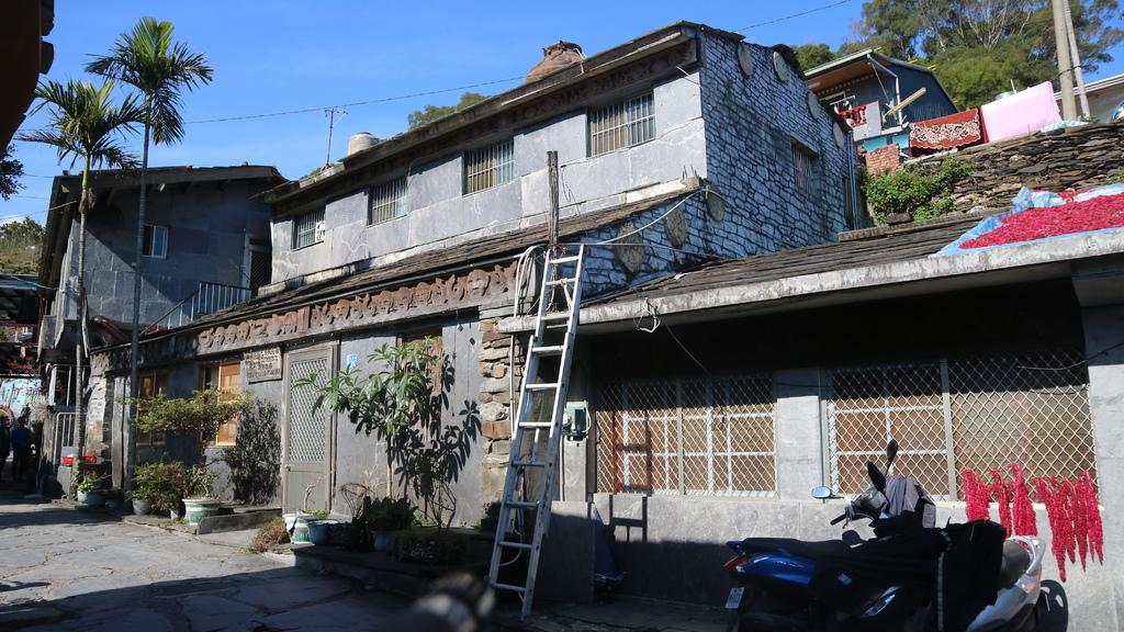 20180217 (172) 岩板巷 [杜巴男紀念館 (屋頂上有個陶壺造型的水塔)].JPG