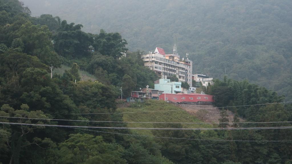 20171007 (167) 由東埔吊橋眺望東埔溫泉區的旅館.JPG