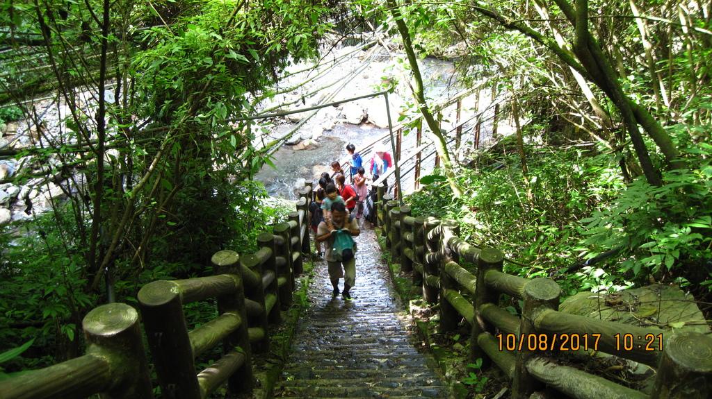 20171008 (112) 彩虹瀑布步道途中 [情人谷至瀑布之間的陡上步道].JPG