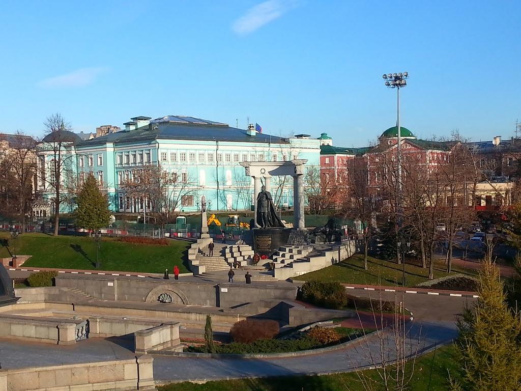 20121111 (76) 由莫斯科基督救主大教堂眺望亞歷山大二世銅像.jpg