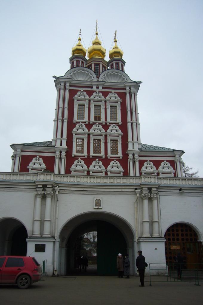 20111113 (3A) 修道院的主要入口[代禱教堂(Intercession Church)].JPG
