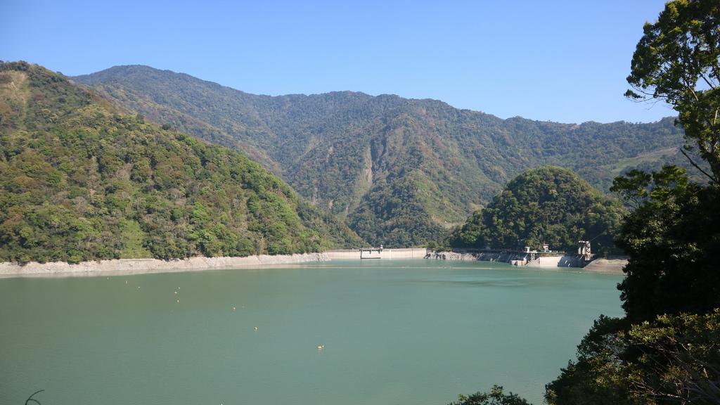 20170402 (109) 由投83縣道5.9km處眺望霧社(萬大)水庫的壩%26; 攔物繩.JPG