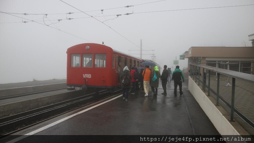 20181113 (146) 行駛於Rigi山菲茨瑙(Vitznau)齒軌鐵路的上行登山火車.JPG