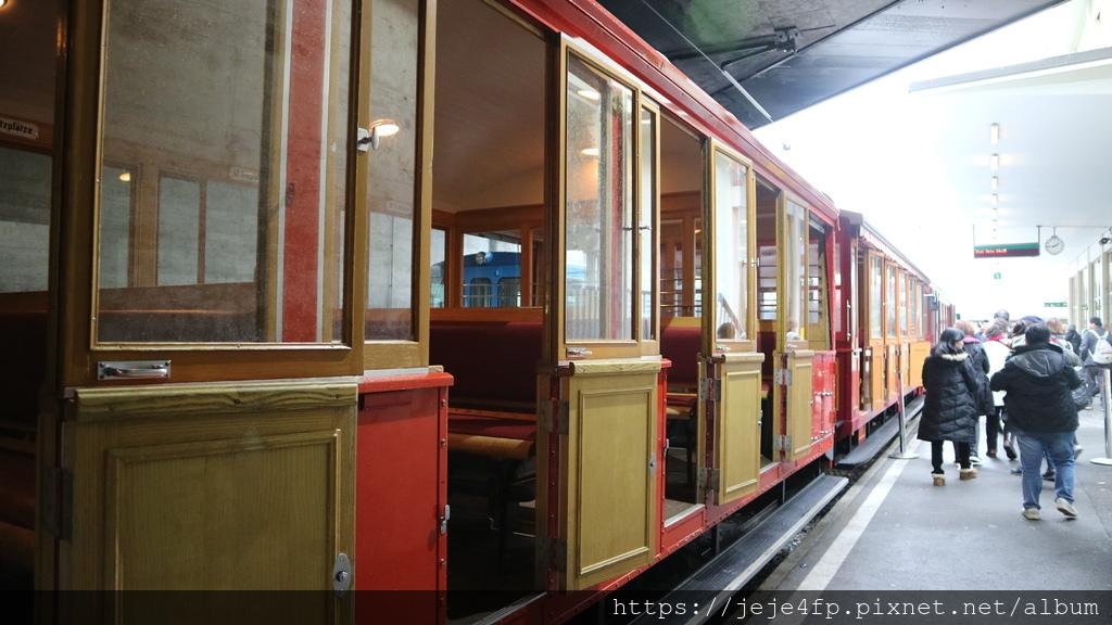 20181113 (274) 行駛於Rigi山菲茨瑙(Vitznau)齒軌鐵路的登山火車.JPG