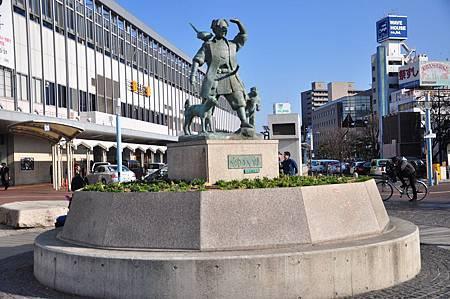 車站外頭桃太郎的雕像