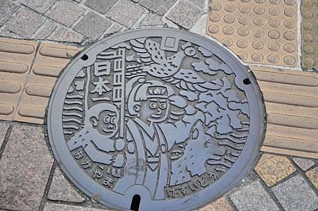 在日本走路我很愛當低頭族,因為水溝蓋上總會有驚喜