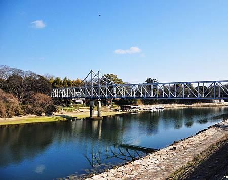 走過這個鐵橋對面就是三大名園--後樂園囉