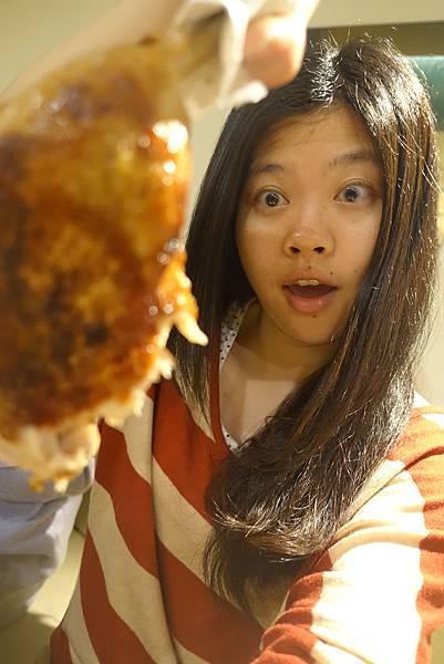 這隻雞腿都要比我的臉大了!很好吃,但有點過鹹了