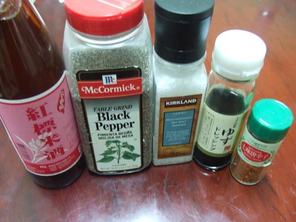 乾煎雞腿排佐柚香醬_材料二(左至右):米酒、純黑胡椒末、海鹽、柚香淡醬油、七味唐辛子粉